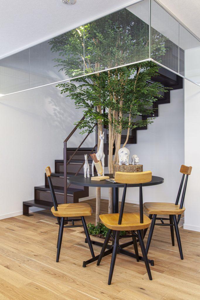 2階へ続く階段。2階は家族のプライベート空間