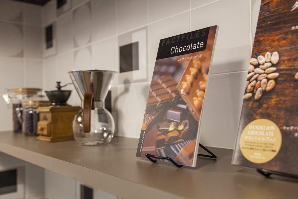 チョコレートの書籍と珈琲アイテム