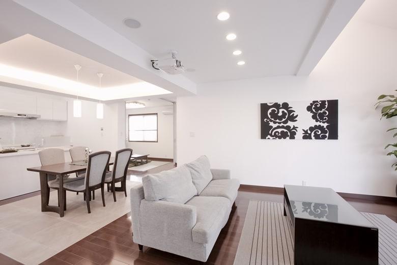 勾配屋根を利用した気持ちのいいリビング空間からダイニング~和室まで広がるのびやかな大空間。高い品質と性能が、快適で安心・安全な暮らしを叶えます。