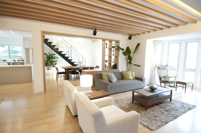 グランツーユーの優れた強度と断熱・気密性能が可能にした大空間リビングルーム。ボウウィンドウで1日中ひだまりがある暮らしと、木の質感を活かした上質感あふれる室内空間を、ぜひご体感ください。