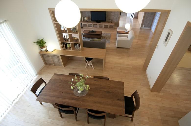 圧巻の吹き抜けとオープン階段のあるダイニングスペースは、室内を明るく開放的な印象にしてくれます。家族がおおらかに暮らせる空間演出です。
