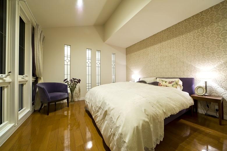 朝の光をたっぷり取り込める連続したスリット窓が印象的な主寝室。勾配のある天井が部屋に奥行き感を与えてくれます。収納量を確保したウォークインクローゼットもご覧ください。