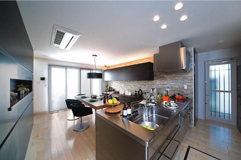 ステンレスの輝きが高級あるキッチンを演出しています。使い勝手の良いスペースと洗濯スペース、テラスへの家事導線もぜひご確認ください。