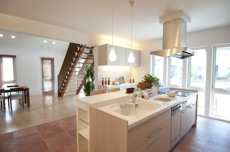 アイランドというにふさわしいアイランドキッチン。明るい室内と床タイル、おしゃれなカウンターキッチン。質感と色のバランスは家づくりに役立つこと間違いなしです。