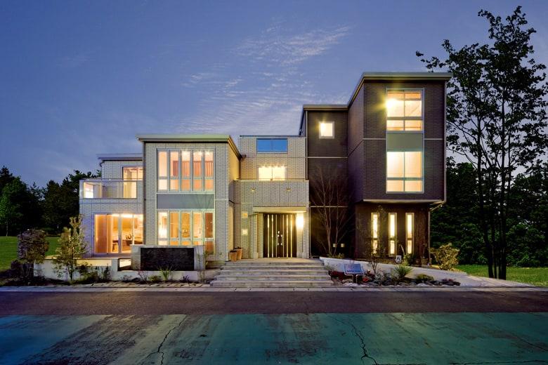 直線ラインが描くシャープな表情を持つデシオ展示場。さわやかな光をふんだに取り込む連続窓も印象的。敷地の特性を生かしながら快適なライフスタイルを実現する3階建て住宅です。