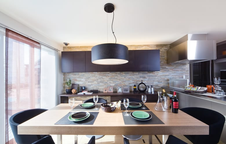 スタイリッシュでクールな大人の雰囲気を漂わせるキッチン&ダイニングスペース。床と壁、そしてインテリアのカラーバランスは家づくりの参考にどうぞ。