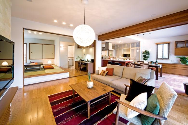 木の感触をふんだんに感じ、リラックスできるリビングスペース。小上がりの和室とともに使えば、普段の暮らしの中でいろいろな使い方が可能です。