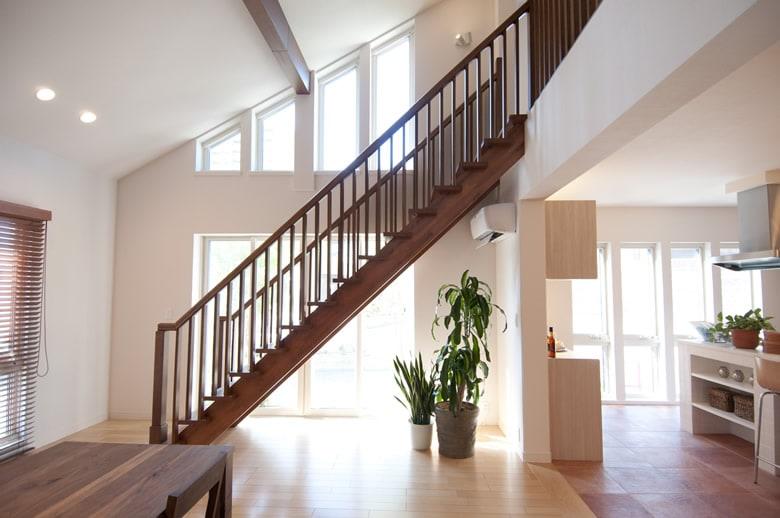 勾配天井の明るいダイニングにオープン階段が印象的。優れた強度と高い断熱・気密性能のグランツユーだから、このような大空間を可能にします。