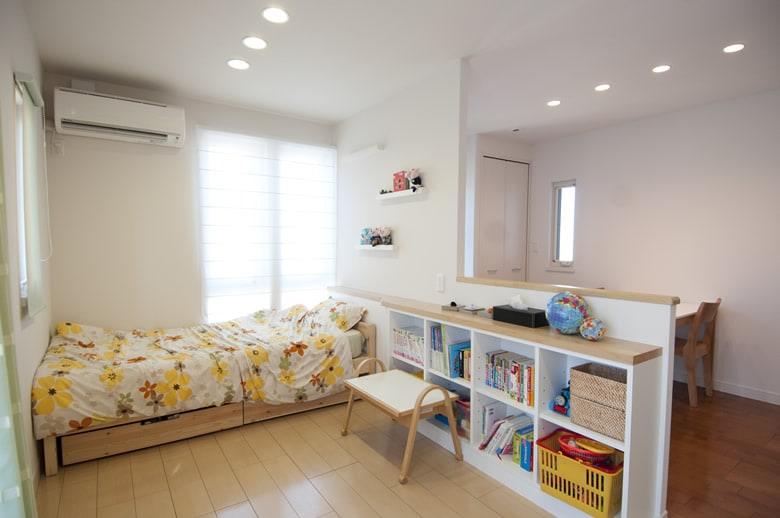 バルコニーのある明るく解放的な子供部屋。作り付けの収納棚を配置することで、お子様が片付ける習慣を身につけるよう工夫されています。