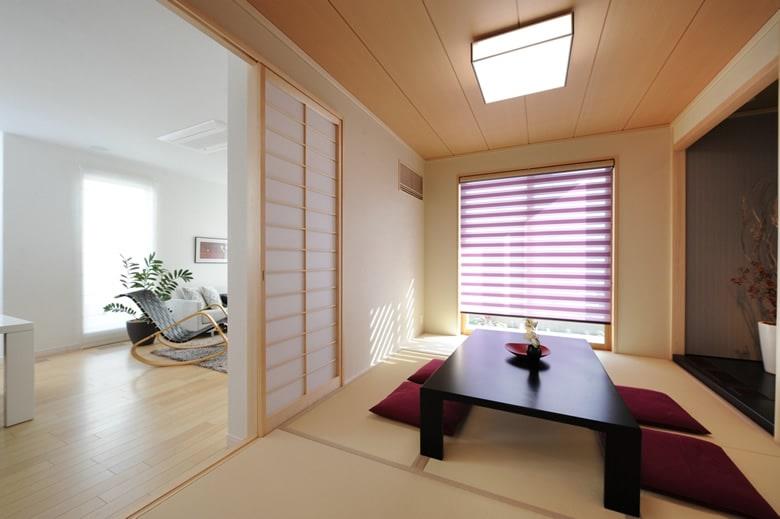 大きな窓が部屋全体を明るく照らすシックでエレガントなデザインのダイニングキッチン。カウンターデスクはお子様の学習スペースとして、奥様の趣味、家事のスペースとして活用いただけます。