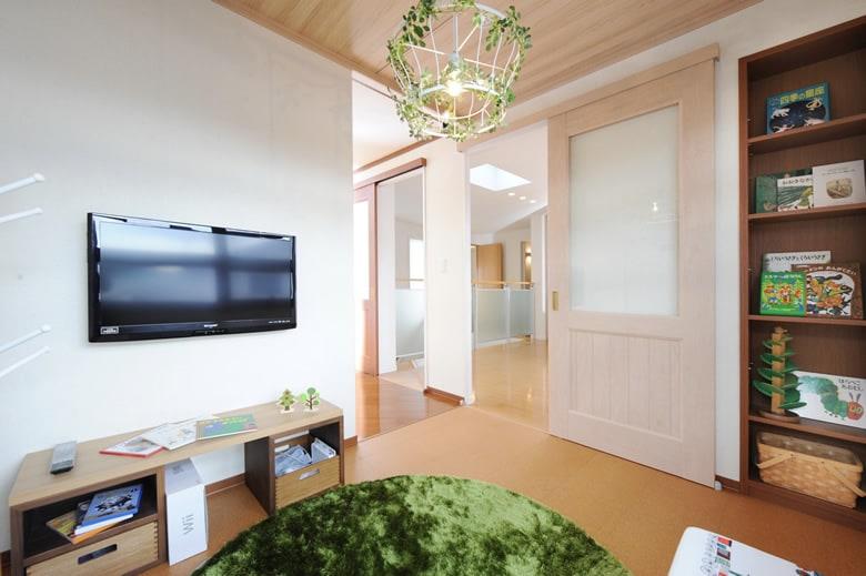 南に面した明るい子ども部屋は、お子様の成長に合わせて室内のイメージを変えやすいようにナチュラルなトーンになっています。