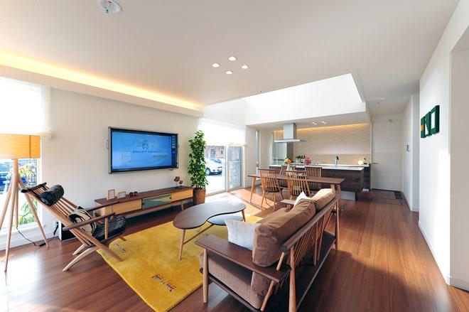 贅沢にあしらわれたシックな木目と、それにマッチングした家具が印象的な室内空間。ハイムならではの和室を合わせた大空間は、家族やお友達との楽しい暮らしを想像させてくれます。