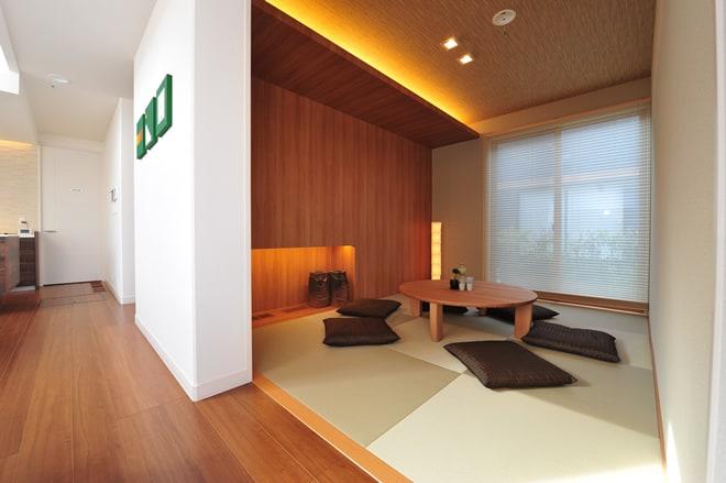 和テイストでありながらも、木目を活かしたモダンな印象の和室。お友達とのおしゃべりや、家族の団らんにも重宝する使い方を選ばない便利な和室空間です。