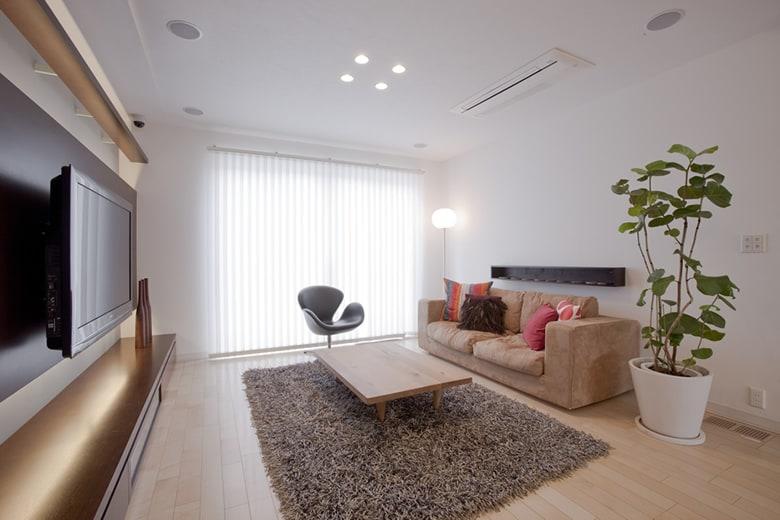 スワンチェアや存在感あるソファが印象的なリビングルーム。お日さまのひかりもしっかり取り入れ、シンプルな中にもおしゃれで清潔感ある空間は、家づくりに役立つ工夫もいっぱいです。
