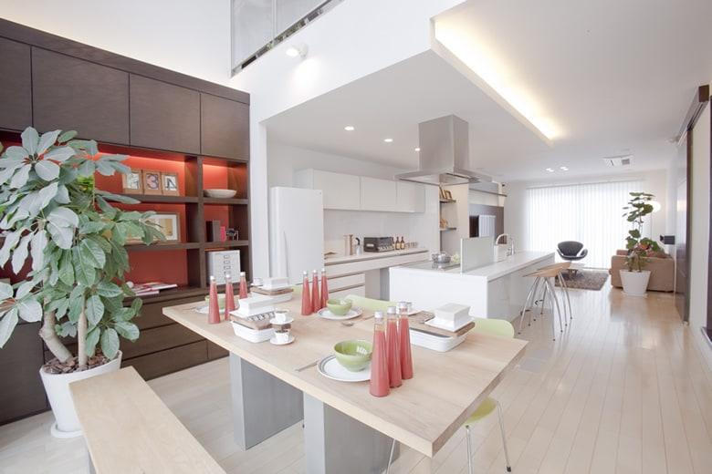 キッチンを挟んでリビングとダイニングのある空間は、仕切らない贅沢を感じさせるおしゃれな空間です。白で統一されたキッチンは、デザイン家電やキュートな雑貨、日用品などを飾る楽しみも。