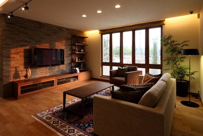 上質な部材、インテリアが見事にマッチングし、ゆったりと流れる大人の空間を演出するリビング。家づくりの参考になるカラーバランスは必見です。