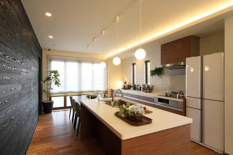 黒い板壁とキッチンのコントラストが空間に品格を与えてくれます。調理もしやすく、家族とのコミュニケーションも取りやすいアイランドキッチンは使い勝手もとても便利。ぜひお試しください。