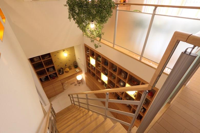 気持ちいいオープン階段は、高気密高断熱のハイムならでは。階段下には趣味の一品も飾ることがきでる棚を設置。ちょっとしたおウチギャラリーにも活用できます。