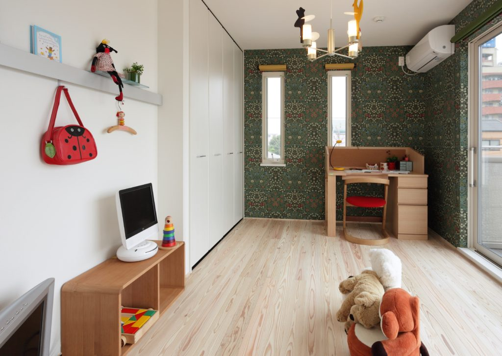 個性ある壁紙とナチュラルな床材が、子ども部屋らしいポップ感を作り出しています。風通りも考慮し、収納もたっぷりと確保した子どもの成長に対応できるお部屋です。