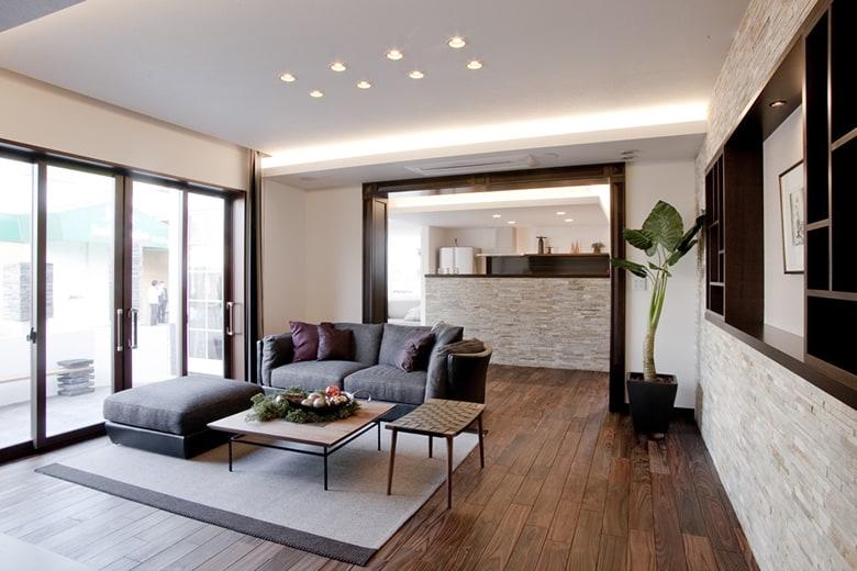 高級感ある質感のフローリングと壁、そして室内デザインが立体感ある空間を感じさせます。おしゃれなインテリアもベストマッチング。必ず家づくりに役に立つヒントがここにあります。