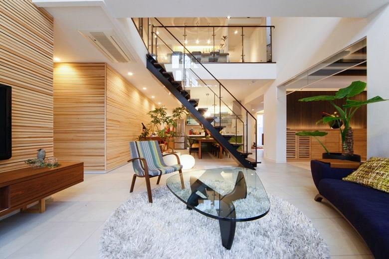 高気密高断熱のハイムならではの吹き抜けが気持ちいいオープン階段のあるセンターリビング。1階と2階をもつなぐ大空間は、家族のふれあいを大切にするファミリーには必見です。