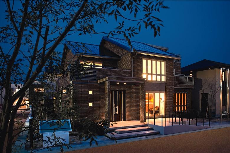 流行に左右されない傾斜屋根と重厚で堂々としたタイル外壁が印象的な外観。傾斜屋根には大容量ソーラー発電を載せてあります。玄関から続くスロープも設け、将来にわたっても安心で快適な住まいです。