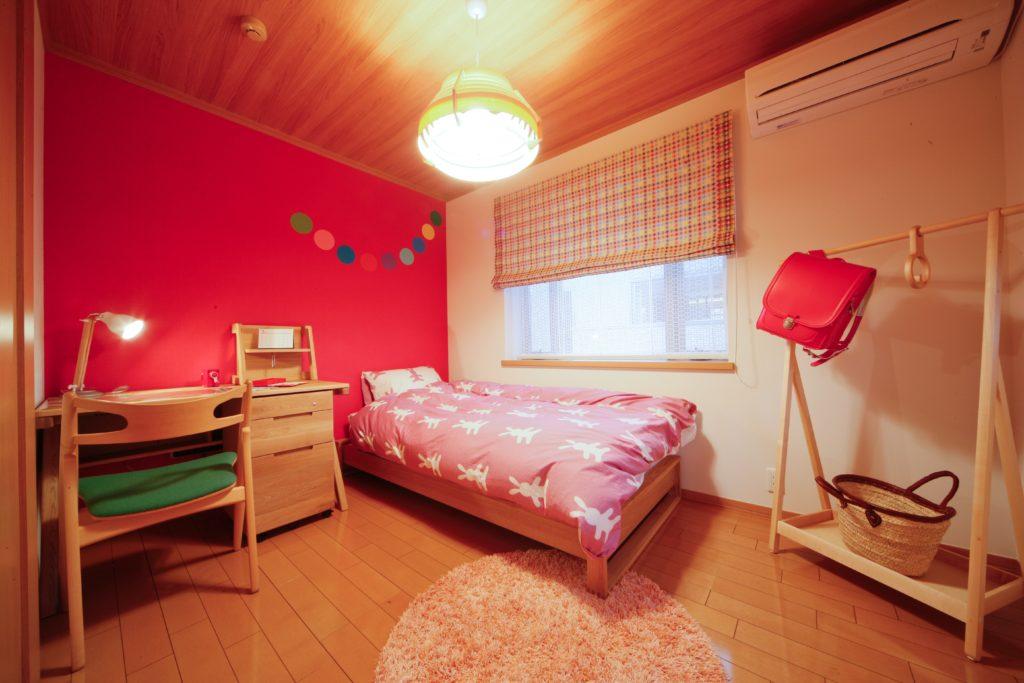 風の通りも考慮したキュートな子ども部屋。壁一面をポップなカラーにすることで、明るく元気な子ども部屋に変わります。家づくりの際の参考にどうぞ。
