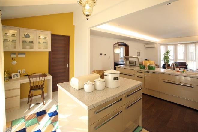 贅沢なパントリーのあるキッチン。パントリーとしてはもちろん、奥様の趣味や家事のスペースとしていろいろな使い方のできるスペースです。可愛らしい床タイルにイエローの壁が楽しい家事ライフを演出してくれます。
