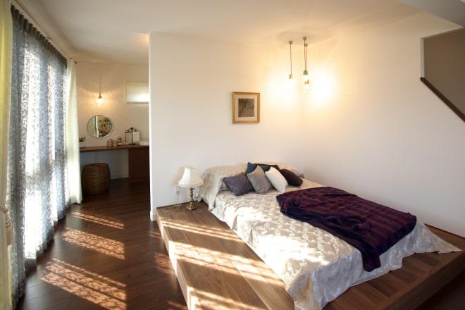 大きな開口が陽光をたっぷりと届けてくれる主寝室。シックな色あいのインテリアがとても落ち着く空間を創り出しています。収納たっぷりのウォークインクローゼットとドレッサーを備えた使い勝手の良い空間です。