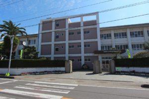 松前中学校 約240m(徒歩3分)