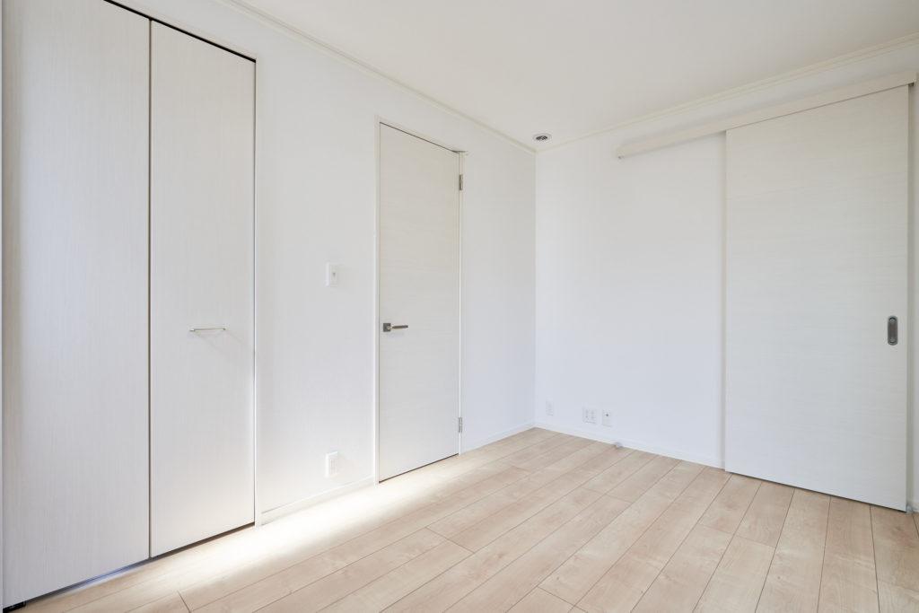 主寝室には大型WICとロフト付き書斎を設けました。