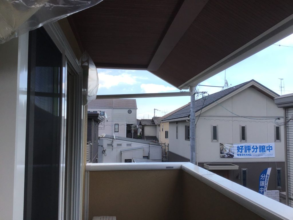 ベランダの上には差し掛け屋根♪雨でも安心♪