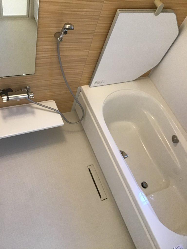 ホワイト色ベースでアクセントカラーの入ったおしゃれなお風呂♪