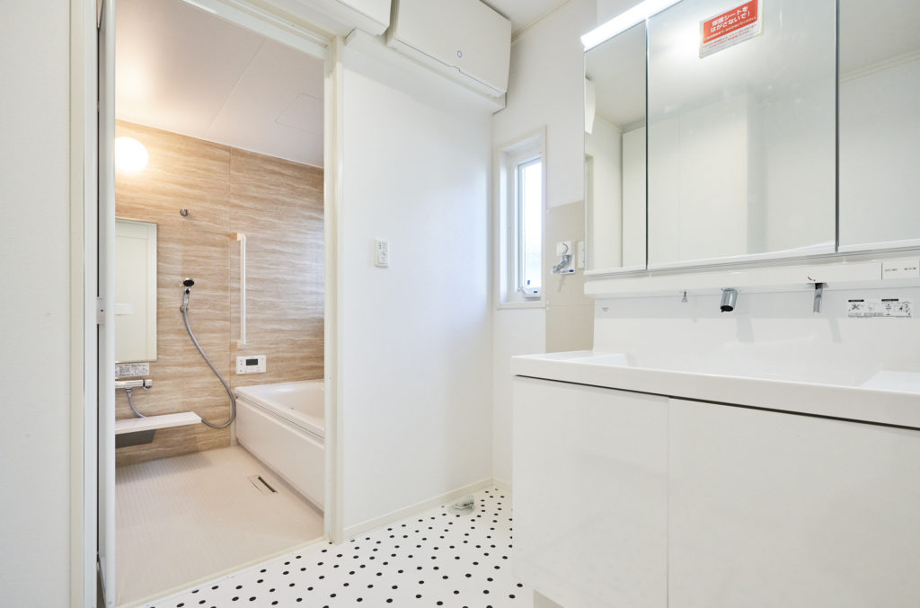 お手入れし易い洗面化粧台とセキスイオリジナルユニットバス。