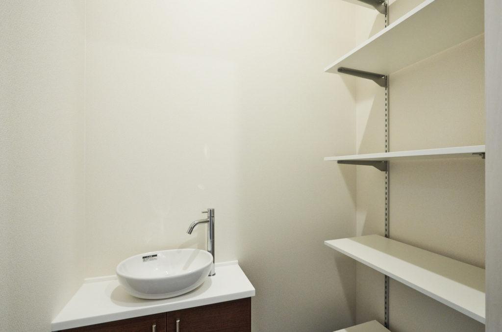 玄関横には手洗いと外ものを仕舞える収納があります。