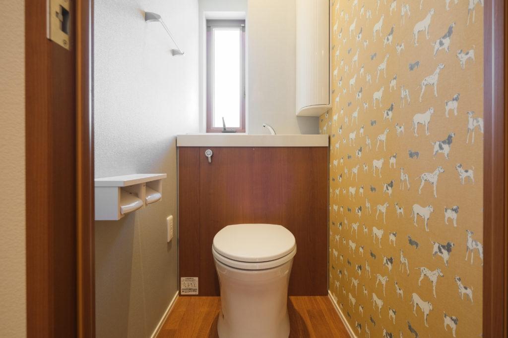 2階トイレの壁にはわんちゃんが!【2021.3.29撮影】