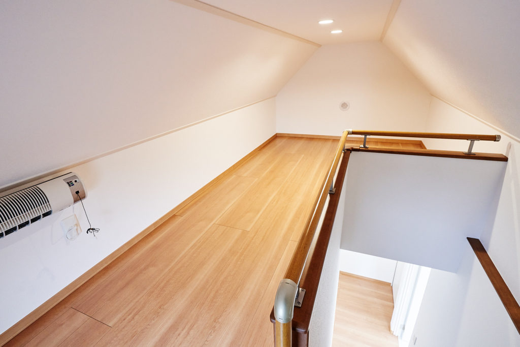 2階ホールから階段で小屋裏ロフトへ。使えます。