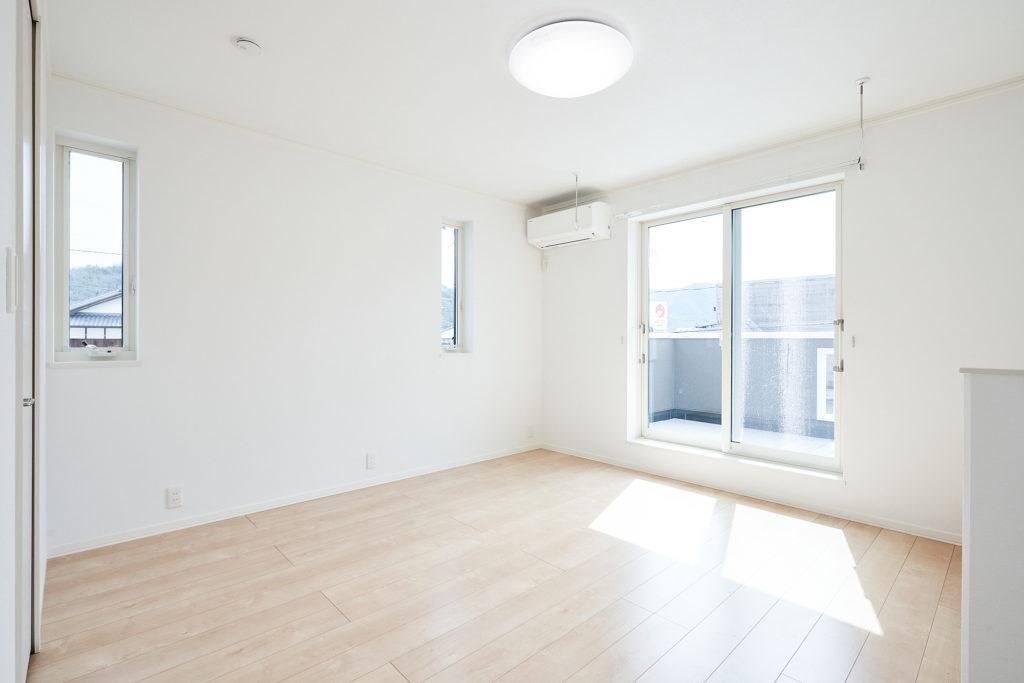 バルコニーに面した主寝室で8.3畳の広さがあります。