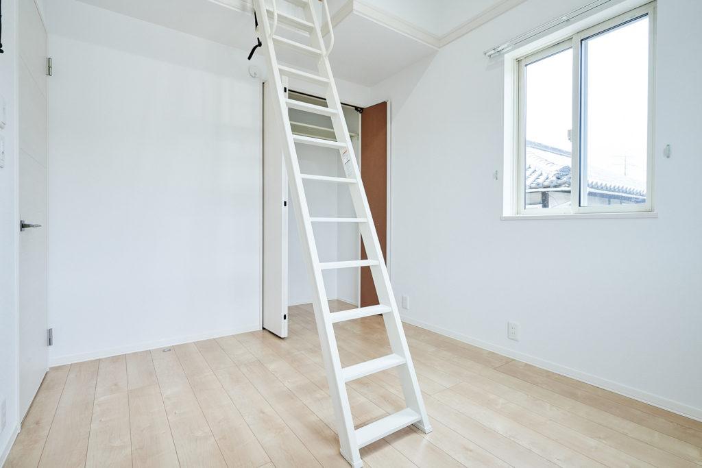 屋根裏を有効活用したロフトへの階段です。
