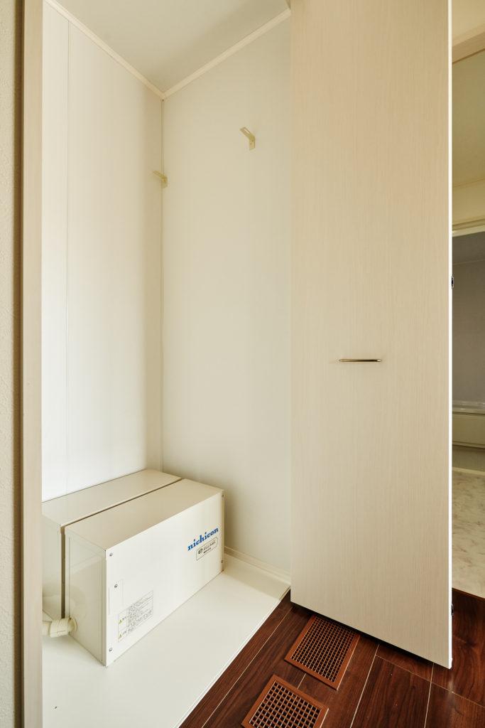蓄電池は2階収納内ですので、従来の様に外環境に影響しません。
