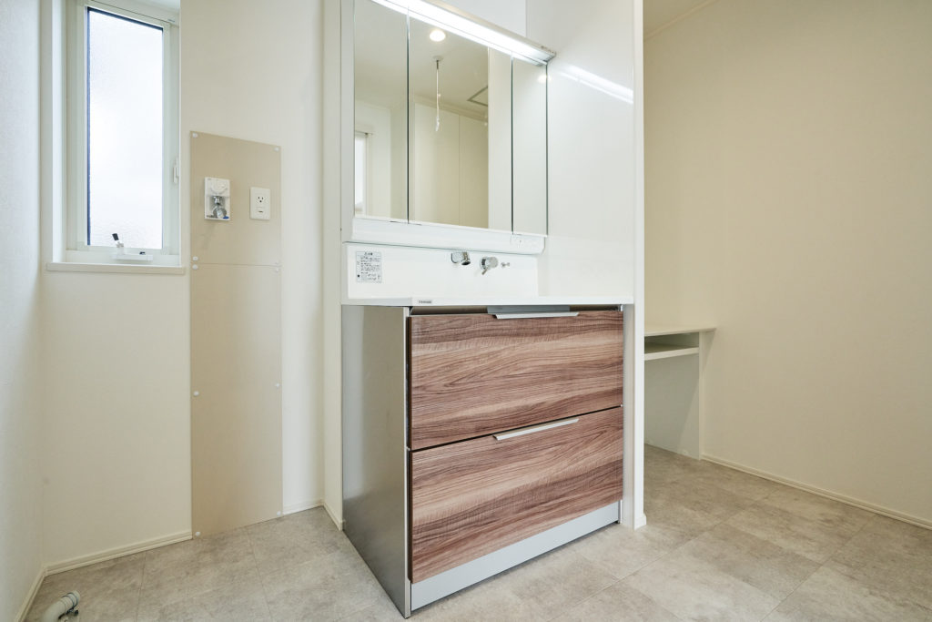 洗面横にもカウンターがあるゆったり洗面室です。