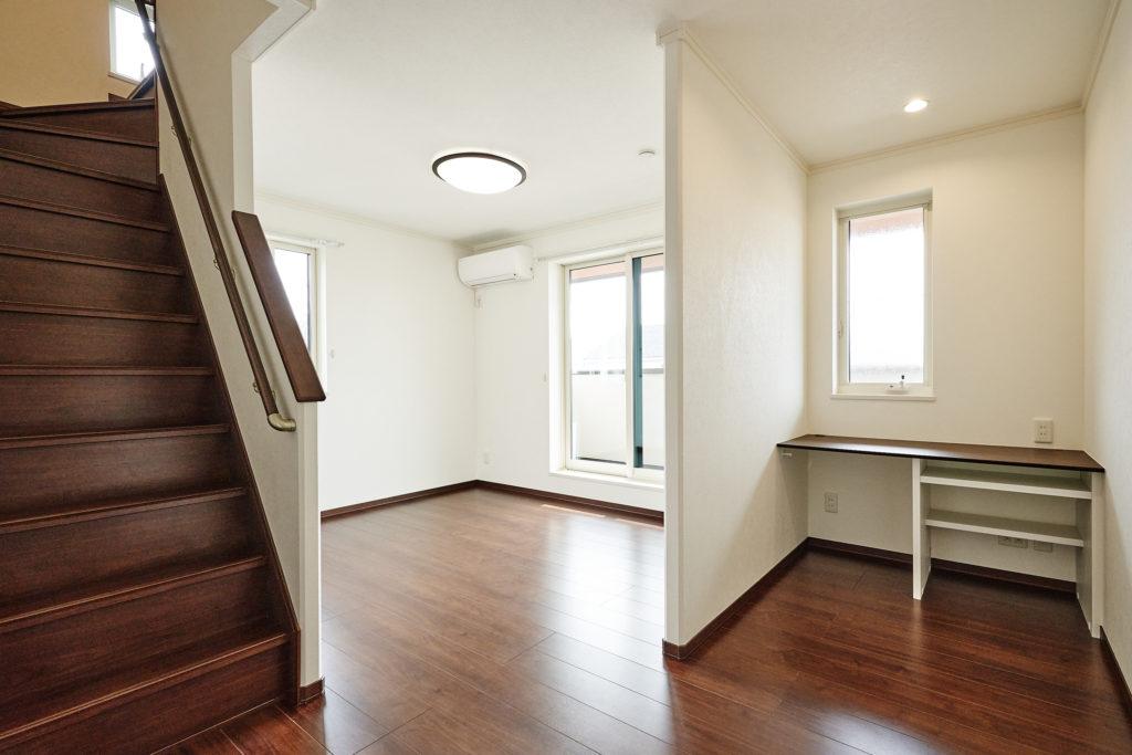 2階寝室内の書斎です。手前にまた階段?答えは現地で。