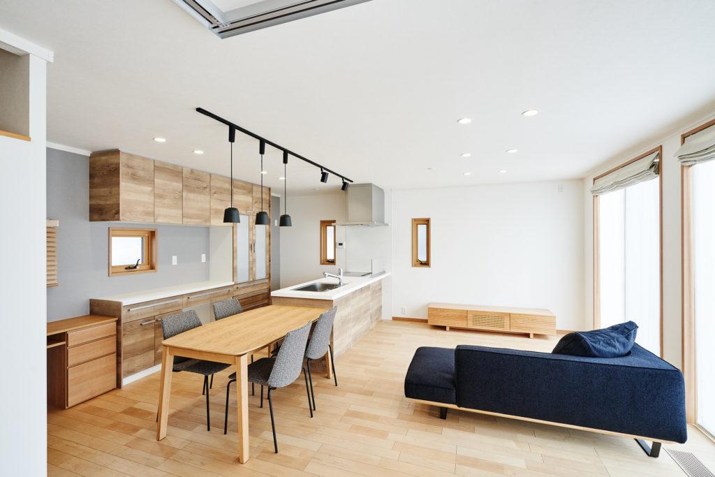 ダイニングテーブが横並びのキッチンは対面でも動線が良いです。
