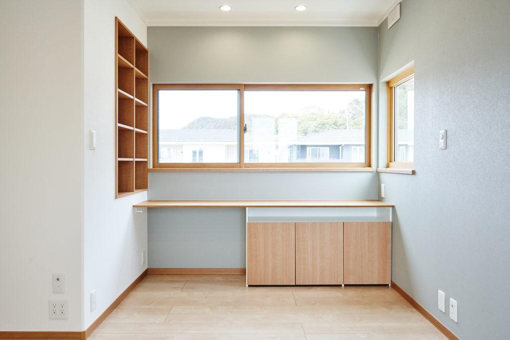 寝室の書斎コーナーにはカウンターと書棚を備え付けています。