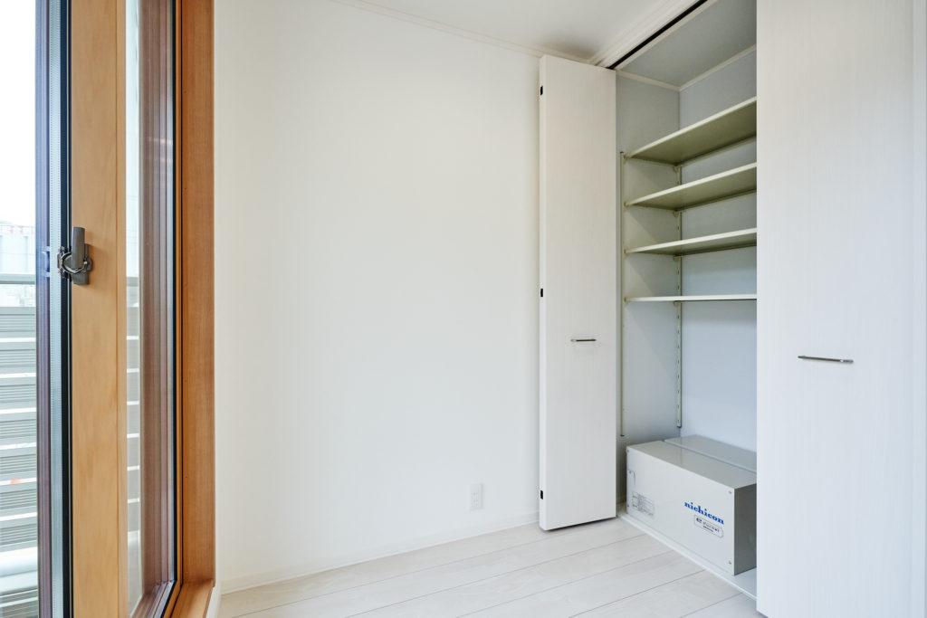 サンルーム内のクロセット収納に室内蓄電池が設置されています。