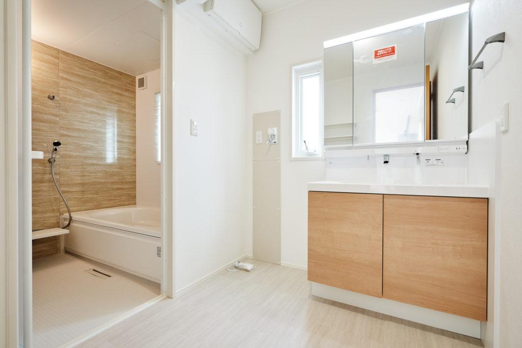 白基調で清潔感溢れる洗面室にお手入れし易い洗面台です。