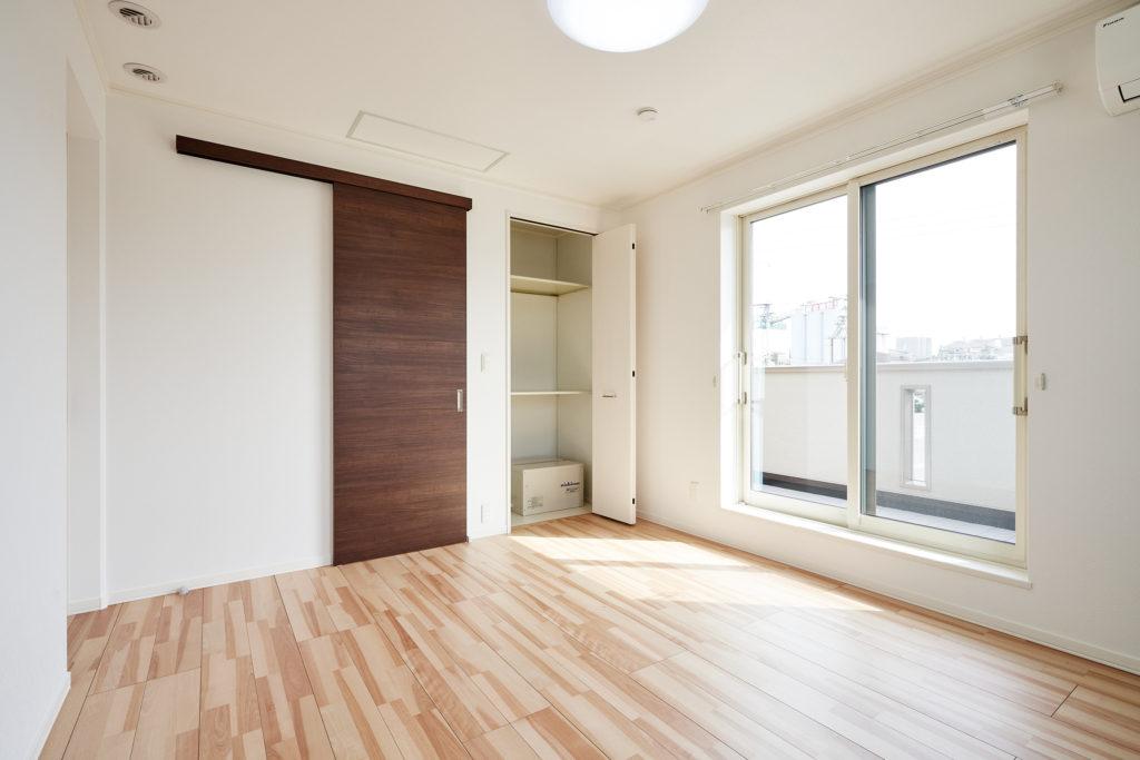 主寝室にはウォークイン収納とクロセット収納を取っています。