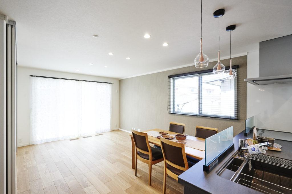 家族が集う広いワンルームLDKが大開口でより明るい空間に。