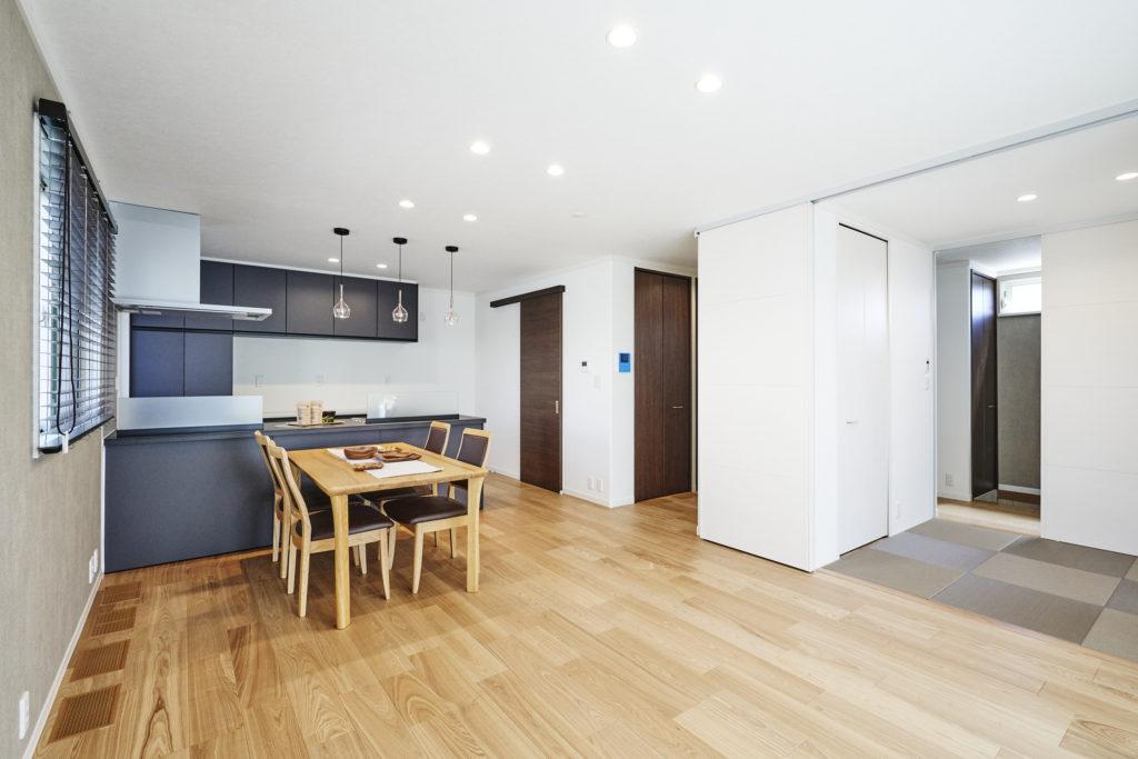 オープンな対面キッチンなのでインテリアとしてお洒落な扉色に。