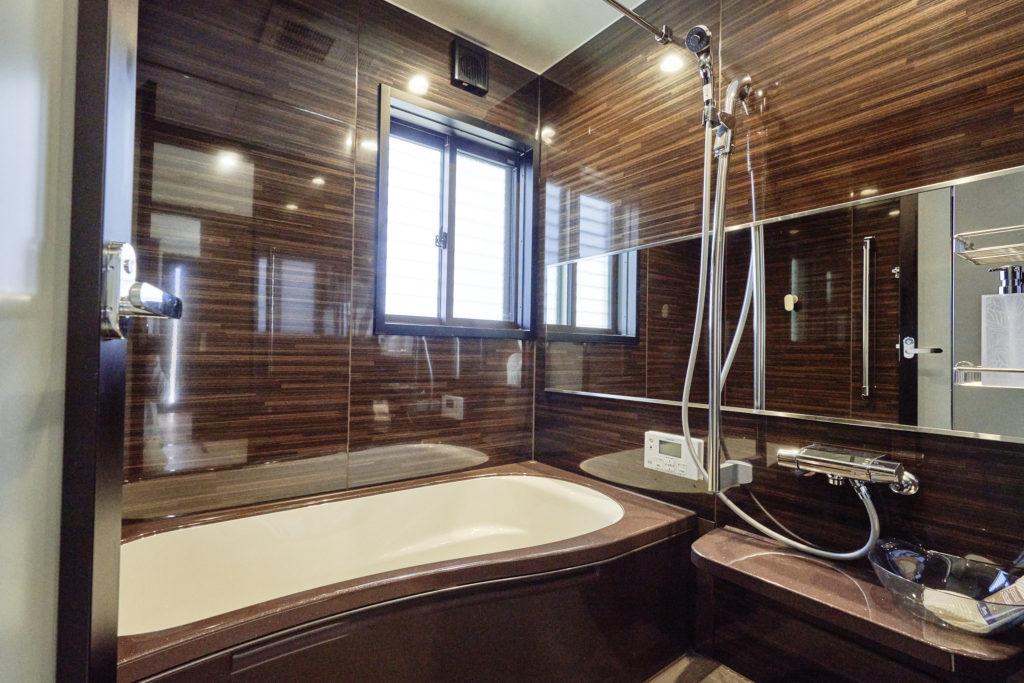 建具内装色を統一しているのでお風呂も高級感あるダーク色に。